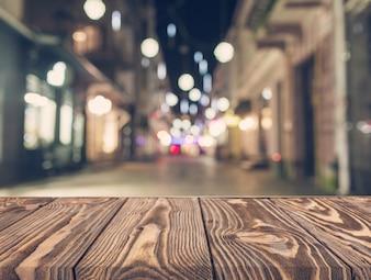 Mesa de madeira vazia na frente do abstrato rua turva