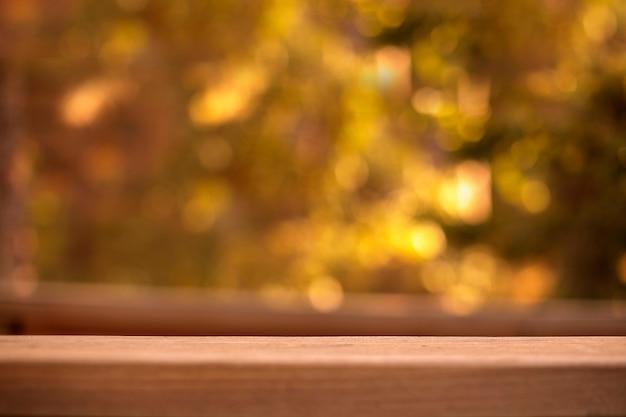 Mesa de madeira vazia na frente do fundo desfocado