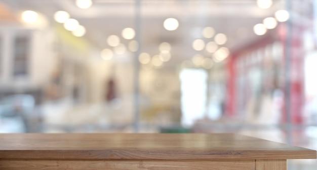 Mesa de madeira vazia no café para montagem de exibição de produto