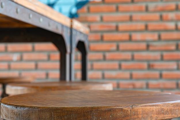Mesa de madeira vazia para exibição de produtos na frente da cafeteria