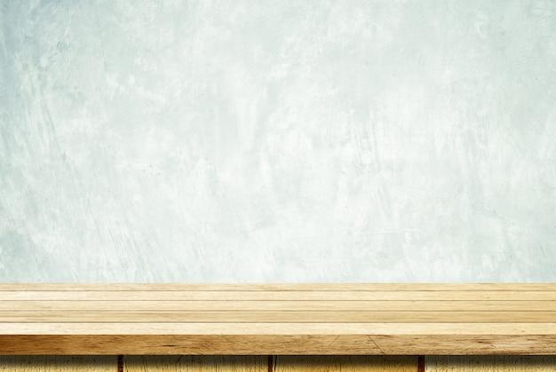 Mesa de madeira vazia sobre fundo de parede de cimento grunge
