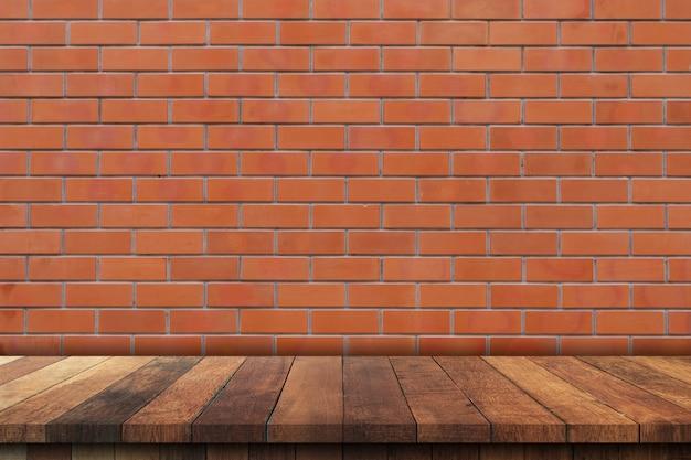 Mesa de madeira vazia sobre o fundo da parede de tijolo vermelho, fundo de exposição de montagem do produto