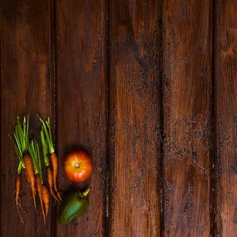 Mesa de madeira velha com legumes