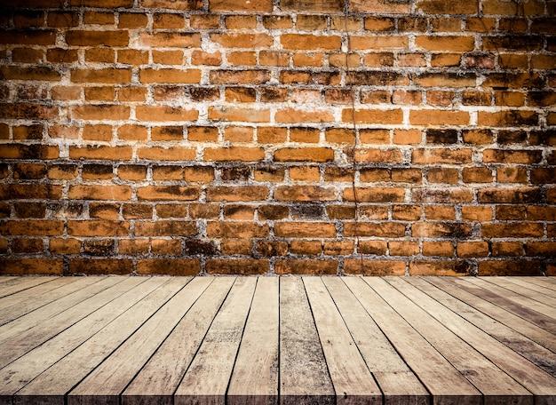 Mesa de madeira velha ou piso de madeira com fundo de perspectiva de parede de tijolo vermelho antigo para exposição de produtos