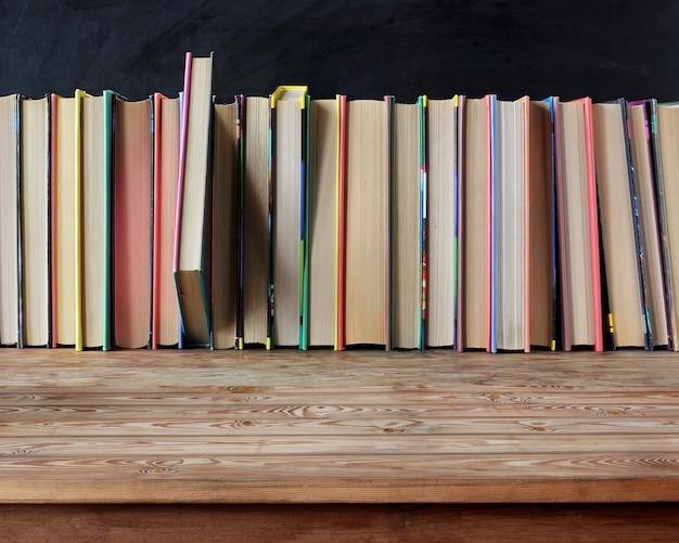 Mesa de madeira velha vazia com livros