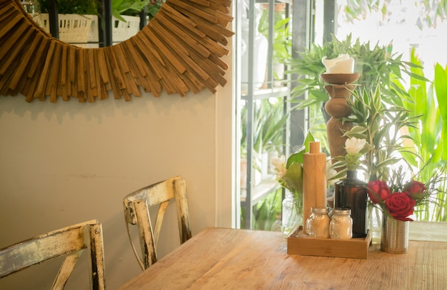 Mesa de madeira vintage na loja