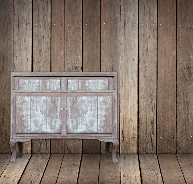 Mesa de madeira vintage na sala de madeira.