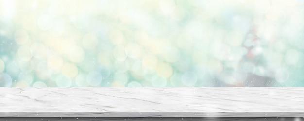 Mesa de mármore branca vazia com abstrato blur árvore de natal verde e neve cair