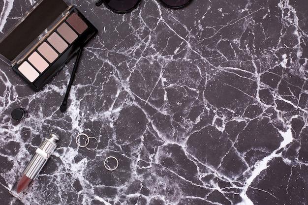 Mesa de mármore com cosméticos femininos