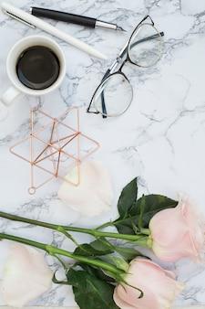 Mesa de mármore com objetos
