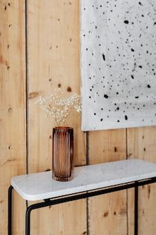 Mesa de mármore junto a uma obra de arte em parede de madeira