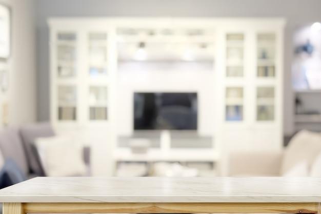 Mesa de mármore na sala de estar