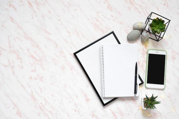 Mesa de mármore plana de escritório com telefone, teclado e notebook
