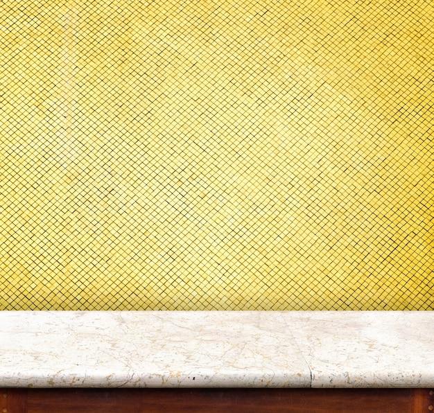 Mesa de mármore vazia na parede de azulejos de mosaico dourado, modelo mapeado para exibição do seu produto