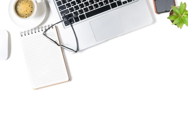 Mesa de mesa de escritório branca, caderno em branco com laptop e café preto. vista superior com espaço de cópia, lay-out e espaço de cópia