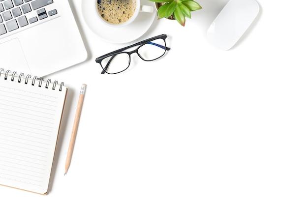 Mesa de mesa de escritório branca, caderno em branco com laptop e café quente. vista superior com espaço de cópia, lay-out e espaço de cópia