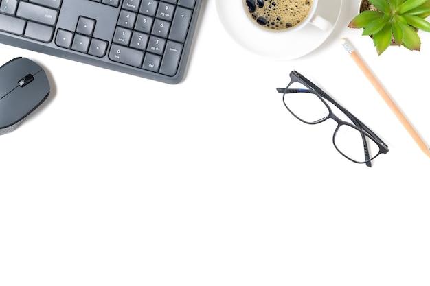 Mesa de mesa de escritório branca, teclado de computador e outros materiais de escritório com café preto. vista superior com espaço de cópia, postura plana.
