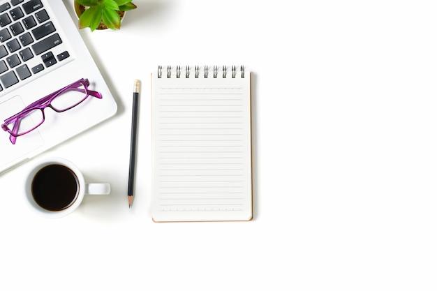 Mesa de mesa de escritório branco com caderno em branco