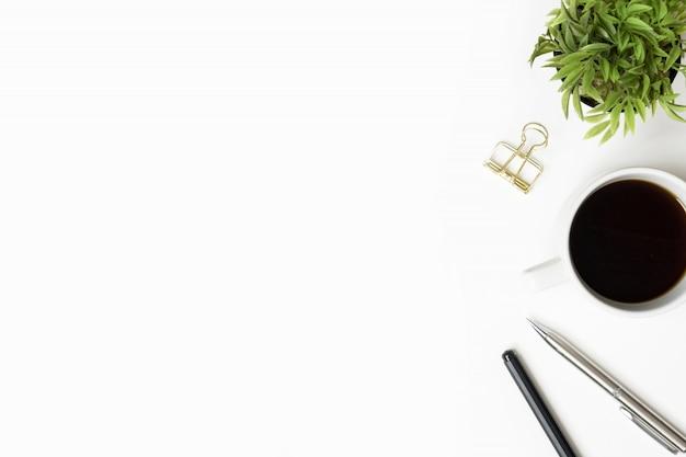 Mesa de mesa de escritório branco com café, caneta e suprimentos