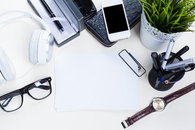 Mesa de mesa de escritório branco com muitas coisas, vista superior