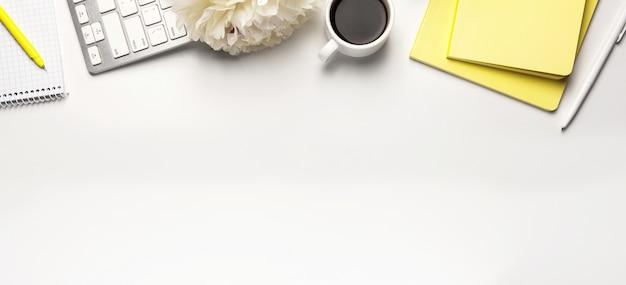 Mesa de mesa de escritório com cadernos em branco sobre fundo branco, com espaço de cópia