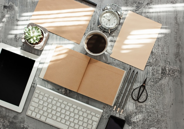 Mesa de mesa de escritório com computador, suprimentos e telefone