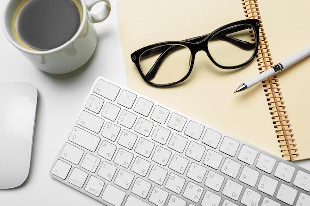 Mesa de mesa de escritório com computador, suprimentos, xícara de café