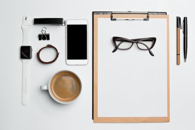 Mesa de mesa de escritório com copo, suprimentos, telefone em branco