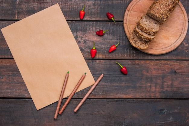 Mesa de mesa de escritório com lápis, suprimentos e pão fresco