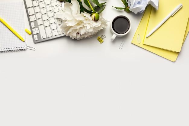 Mesa de mesa de escritório com notebooks em fundo branco, com espaço de cópia