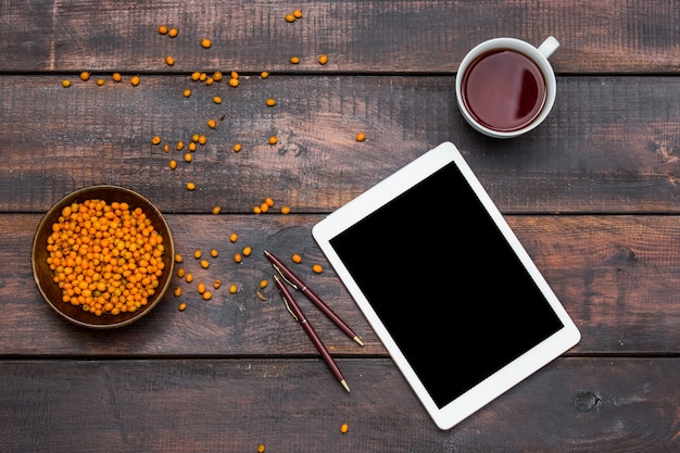 Mesa de mesa de escritório com xícara de café e laptop.