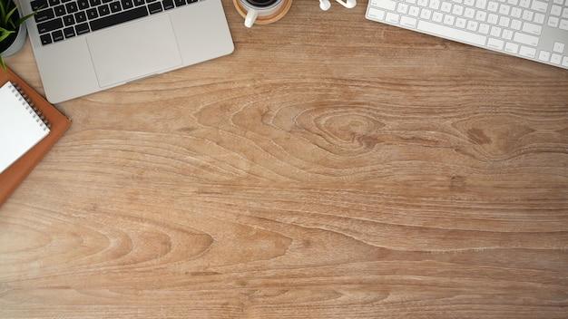 Mesa de mesa de escritório de madeira com computador portátil e espaço de cópia