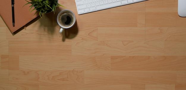Mesa de mesa de escritório de madeira com teclado pc, material de escritório e espaço de cópia