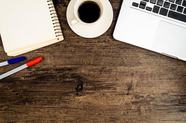 Mesa de mesa de escritório de madeira marrom com um livro, caneta, cacto e telefone para trabalhar