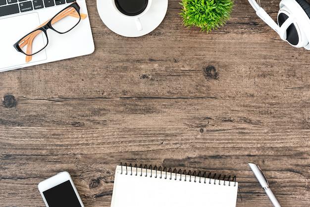 Mesa de mesa de escritório de madeira marrom e equipamentos para trabalhar