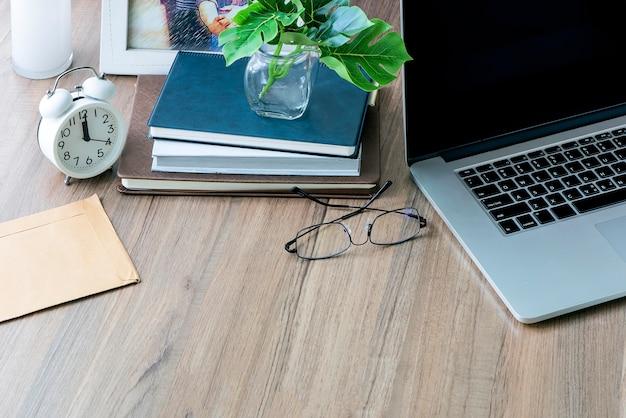 Mesa de mesa de escritório de maquete com suprimentos e espaço de cópia.