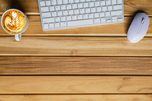 Mesa de mesa de escritório do local de trabalho moderno com laptop na mesa de madeira, fundo vista portátil