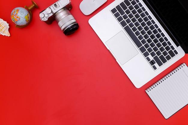Mesa de mesa de escritório plana leigo do moderno local de trabalho com o laptop na mesa vermelha, escritório de mesa vermelho com laptop