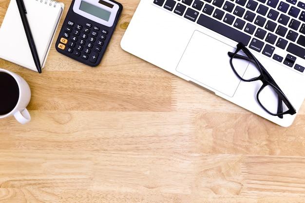 Mesa de mesa de escritório plana leigos do moderno local de trabalho com o laptop na mesa de madeira,