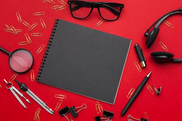 Mesa de mesa de escritório plana leigos, vista superior. espaço de trabalho com o caderno em branco, material de escritório