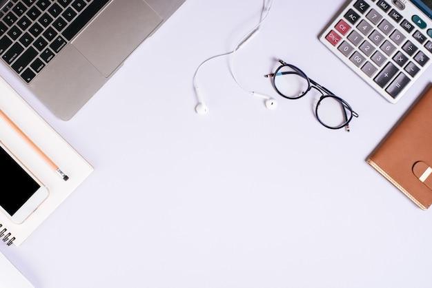 Mesa de mesa de escritório plana leigos, vista superior. fundo do espaço de trabalho