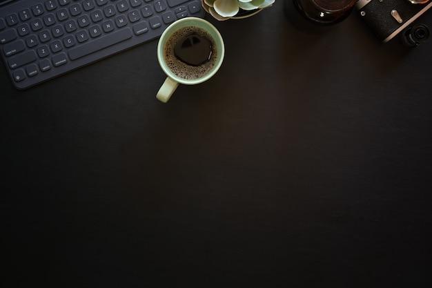 Mesa de mesa de fotografia de couro escuro escritório com tablet de teclado e câmera vintage