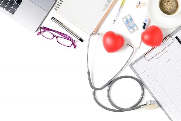 Mesa de mesa de médico com estetoscópio e coração vermelho
