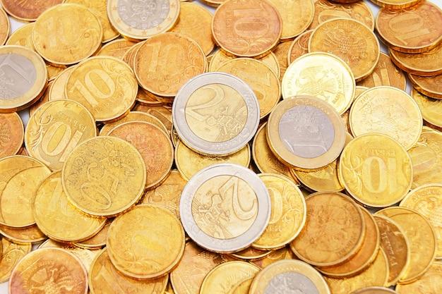 Mesa de moedas de ouro. muitas moedas de ouro