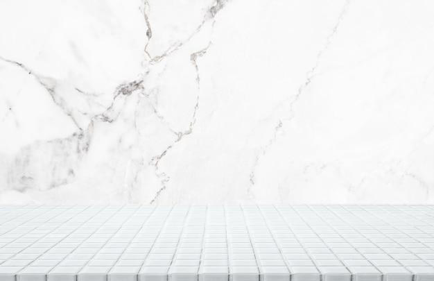 Mesa de mosaico de cerâmica branca e fundo de parede de pedra de mármore branco - pode ser usada para exibir ou montar seus produtos.