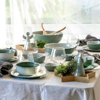 Mesa de natal com baixelas de cerâmica bkue