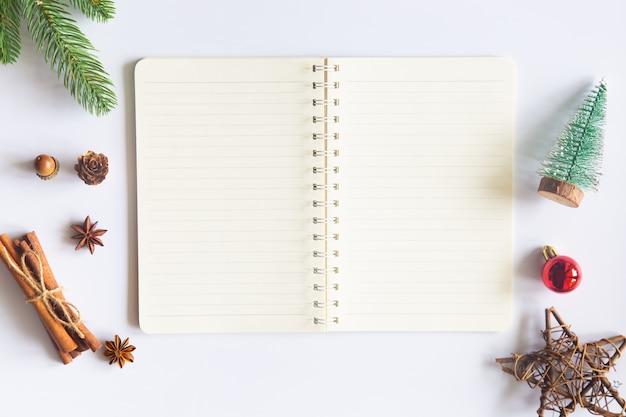 Mesa de natal com bloco de notas aberto e enfeites