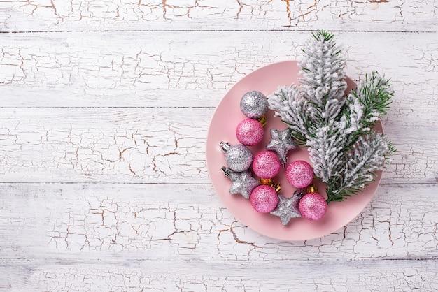 Mesa de natal com bolas rosa