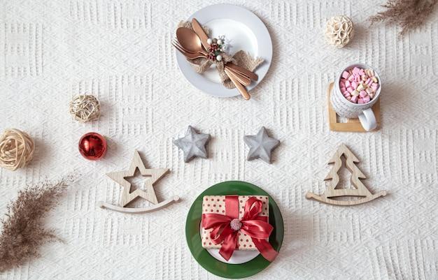Mesa de natal em toalha de mesa branca com enfeites