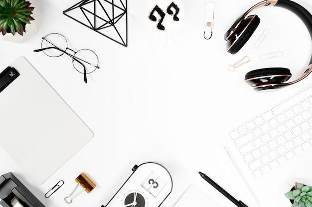 Mesa de negócios de vista superior em maquete de espaço de trabalho branco